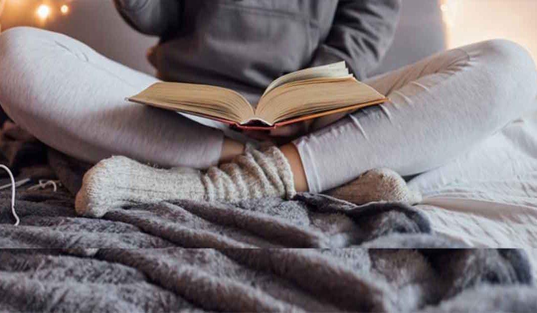 жена чете книга