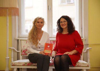 """Калина Стефанова и Бианка Йовова с книгата """"Нямам време да имам време"""""""